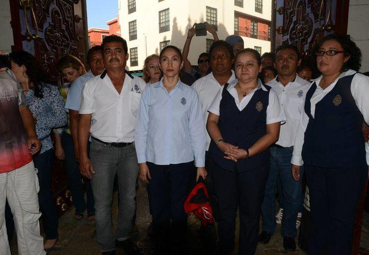 La secretaria general de la Autamuady, Sofía Ayil Sierra, entra al edificio central de la Uady una vez retiradas las banderas rojinegras. (Luis Pérez/SIPSE)
