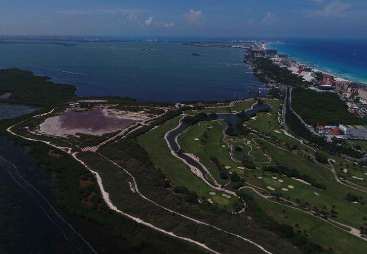 El hotel se ubicará del lado de la Laguna Nichupté, y se construirá en dos etapas. (Redacción)