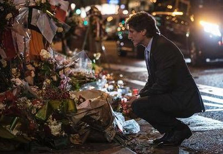 La policía francesa arrestó a dos personas en las afueras de París, una de ellas bajo sospecha de estar relacionada con el único hombre acusado por los ataques del 13 de noviembre en la capital. En la imagen, el vicepresidente de Argentina Amado Boudou rinde tributo a las víctimas de los ataques de París.- (AP)