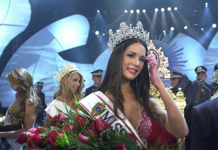 La venezolana Mónica Spear luce su corona como reina de Miss Universo. La foto corresponde a septiembre de 2004. Diez años después fue asesinada y este miércoles fueron sentenciadas dos personas por el caso. (AP)