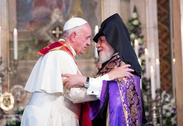 El Papa Francisco saluda a Karekin II, patriarca de la Iglesia Apostólica Armenia, en Yerevan. (AP)