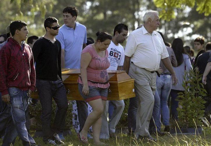 Funerales en el cementerio de Santa Rita, a las afueras de Santa María, en torno a las víctimas de la discoteca incendiada. (EFE)