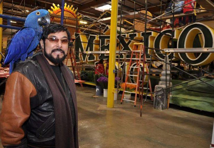 El ahora extinto diseñador latino con raíces mexicanas, Raúl Rodríguez, junto a algunos elementos que decoraron la carroza 'México 2010', durante el 'Desfile de las Rosas' de ese año. (kpmrtv.com)