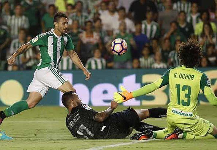 El arquero mexicano salvó de la derrota a su equipo, que después de ir 0-2 a favor permite el empate 2-2 con inferioridad numérica.(Foto tomada de Twitter/@GranadaCdeF)