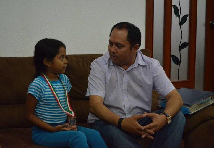 Brisa Mena Martínez y el alcalde de Tulum, (Cortesía/SIPSE)
