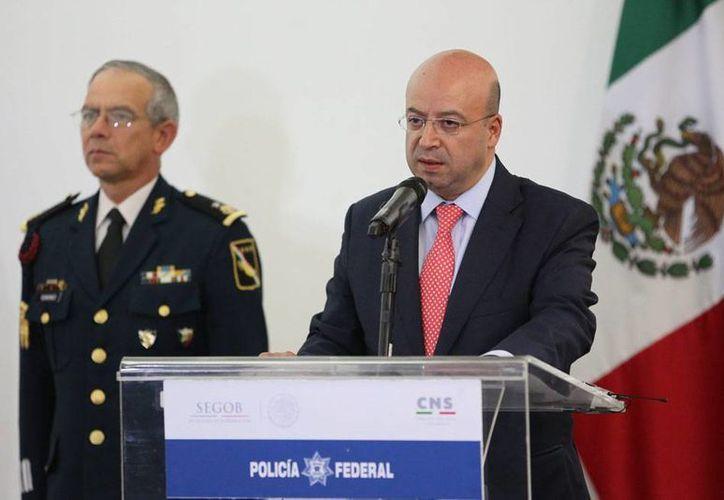 Renato Sales (der.) aseguró que la PGR no puede asegurar que a los normalistas de la Escuela Normal Rural de Ayotzinapa los hayan quemado en Cocula. (Archivo/NTX)