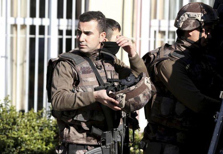 Personal de emergencia custodia el hospital Cerrahpasa de Estambul, Turquía, después de que un hombre armado amenazara con suicidarse. (AP/Lefteris Pitarakis)