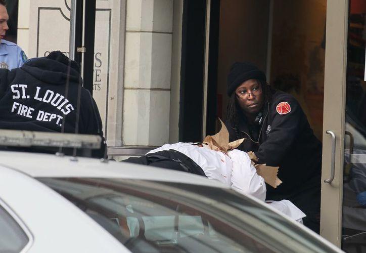 Las dos personas fueron llevadas a un hospital cercano. (Agencias)