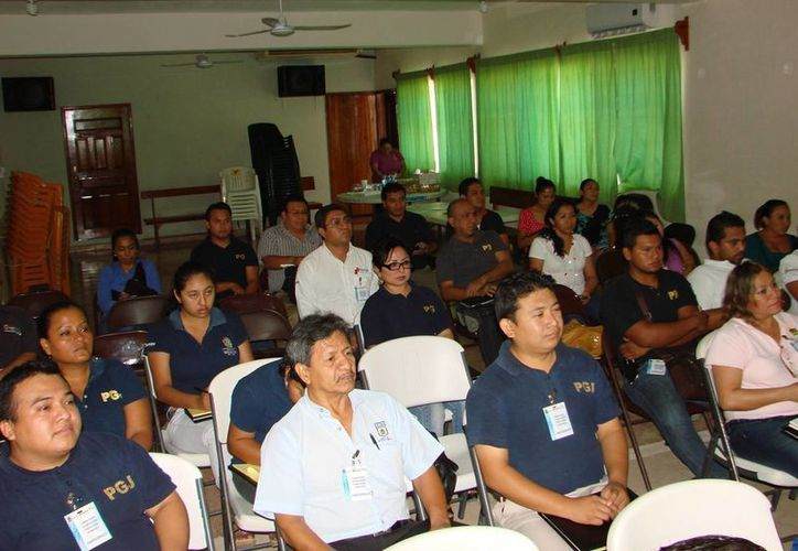 Personal asignado a las agencias del Ministerio Público y la Policía Judicial en Felipe Carrillo Puerto, acudió a la capacitación. (Manuel Salazar/SIPSE)