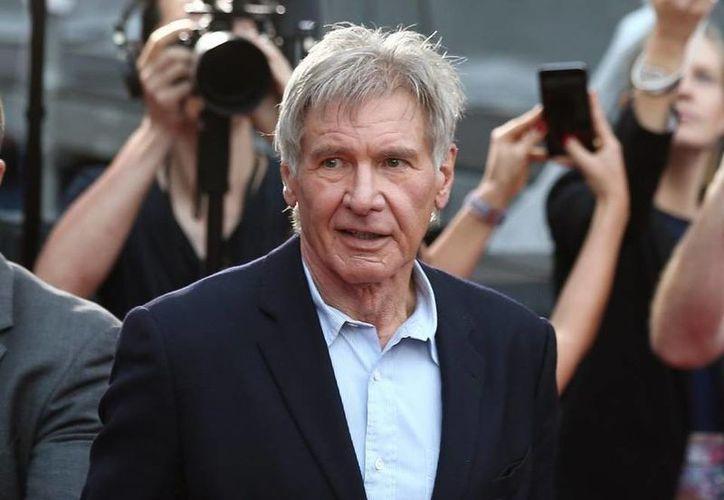 Hace dos años el actor Harrison Ford se accidentó debido a una falla en un aparato aéreo. Este martes confundió una pista de aterrizake y casi provoca un serio percance. (Foto de AP)