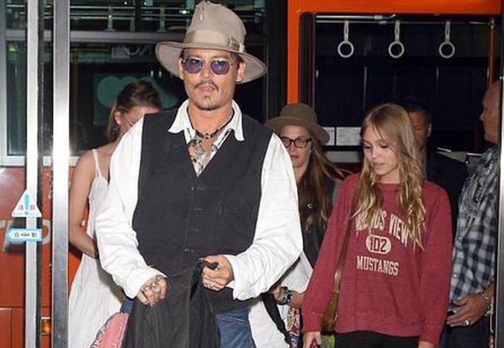 Johnny Depp con su hija quinceañera Lily Rose (d), en foto de hace aproximadamente un año. Ahora compartirán créditos en una película. (Foto tomada de dailymail.co.uk)