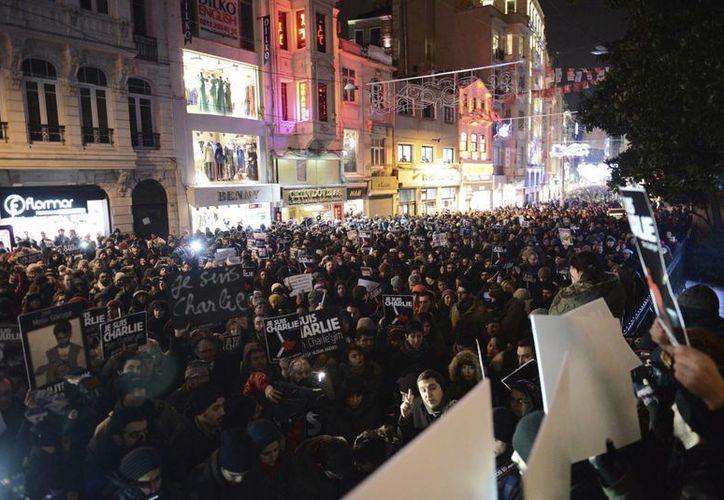 Casi al mismo tiempo que la policía logró desactivar una bomba en un centro comercial de Estambul, en las inmediaciones del consulado francés en esa ciudad una multitud homenajeaba a las víctimas del atentado terrorista contra el semanario Charlie Hebdo en París, Francia. (EFE)