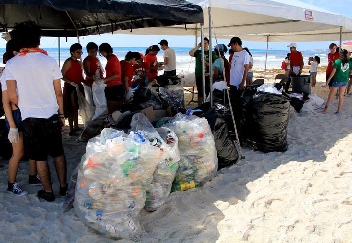 Se recolectaron 477 kilos de residuos sólidos en las dos playas. (Jesús Tijerina/SIPSE)