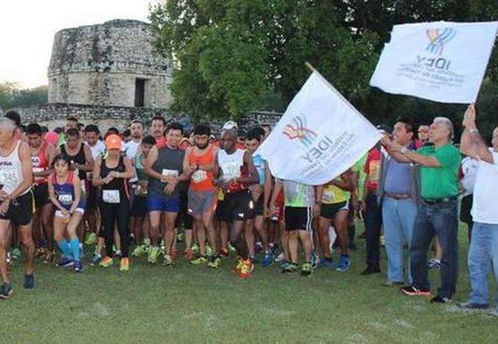 La carrera Atlética de 'Las 3 Culturas' de medio maratón se llevó a cabo este fin de semana entre Mayapán y Acanceh. (Milenio Novedades)