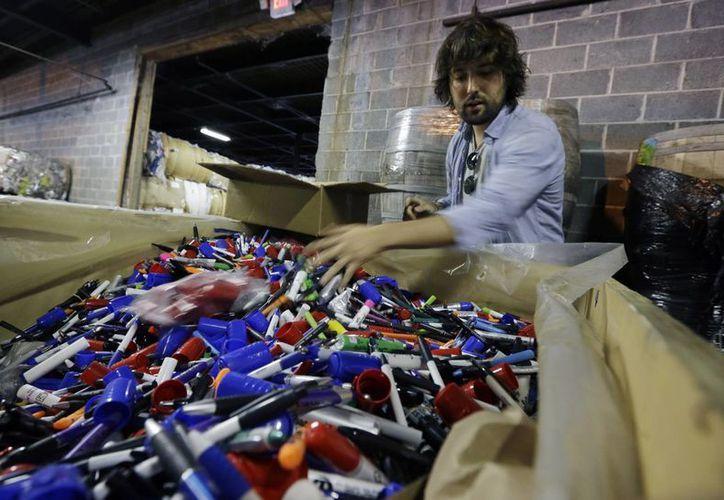 TerraCycle transforma basura difícil de reciclar, como bolsas de papas fritas o colillas de cigarrillos, en atractivos productos nuevos; además, dona parte de sus ganancias a la beneficencia. (AP)