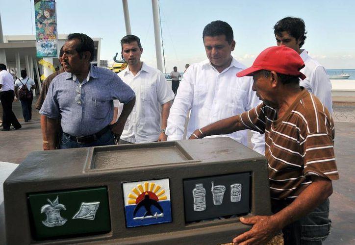 Instalan botes de basura en la zona turística de la isla. (Cortesía/SIPSE)