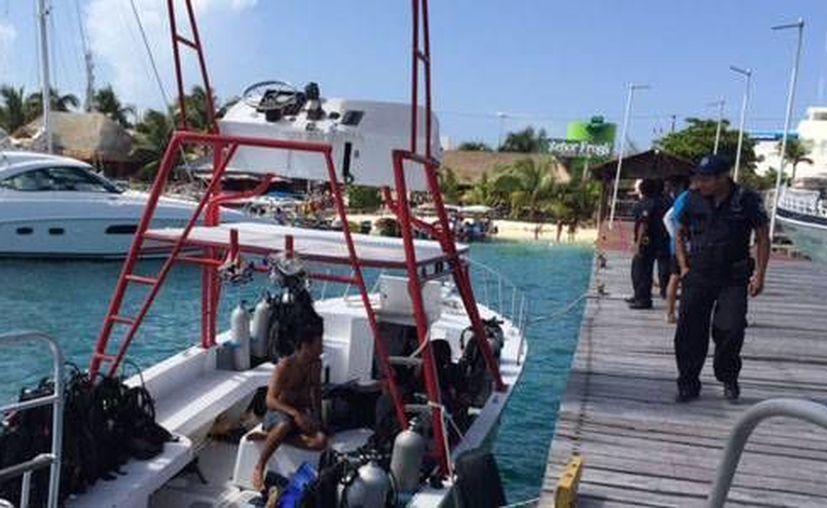 El capitán de Puerto de Isla Mujeres arribó al muelle para iniciar las investigaciones correspondientes. (Redacción/SIPSE)
