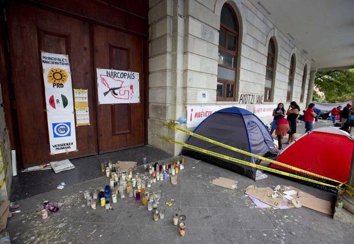 Plantón de normalistas y familiares de los desaparecidos en un corredor en el zócalo de Chilpancingo, Guerrero. (Foto:AP)