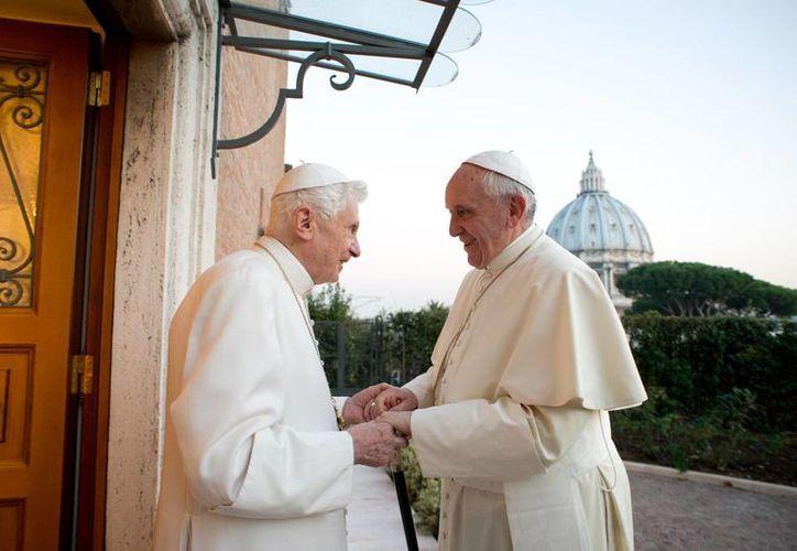 El Papa emérito Benedicto XVI acompañado del Papa Francisco. (Archivo Agencias)