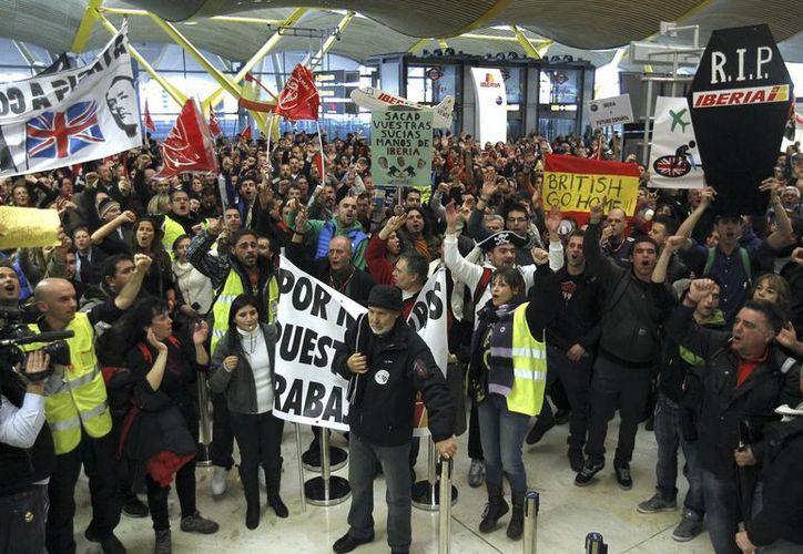 Empleados de Iberia se manifestaron en diferentes aeropuertos de España. (EFE)