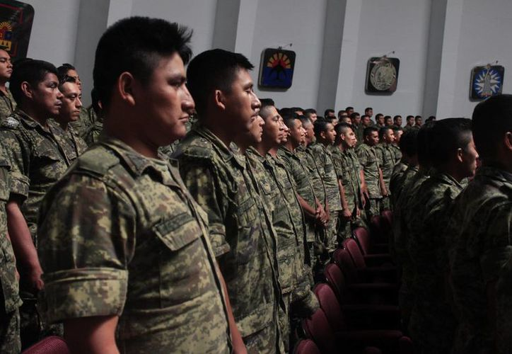 Ayer elementos de la 34° Zona Militar ensayaron en el Congreso del Estado para la Sesión Solemne. (Harold Alcocer/SIPSE)