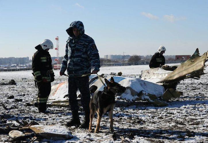 Empleados del Ministerio ruso de Policía y Emergencias investigan los restos de un avión estrellado en el aeropuerto de Rostov-on-Don al sur de Moscú, Rusia. (Agencias)