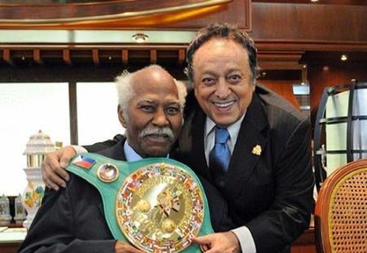 """""""Mantequilla"""" Nápoles con José Sulaiman, presidente del CMB. (www.sraboxing.com/Archivo)"""