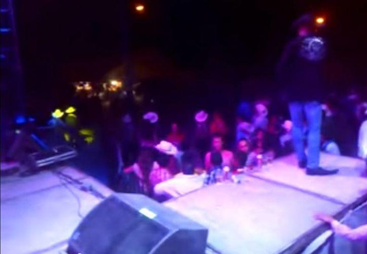 A pesar del disturbio, el grupo musical no dejó de tocar y pidió calma a los muchachos asistentes al festejo. (Captura de pantalla/Youtube)