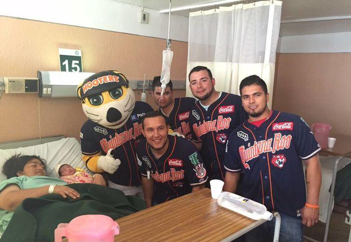 """Acompañados por el Tigre Chacho visitaron el Hospital de Gineco-pediatría """"Amigo del Niño y la Madre"""". (Redacción/SIPSE)"""