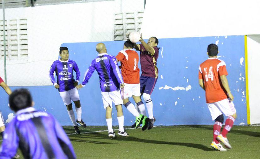 El partido se llevó a cabo antenoche sobre el pasto sintético de la Unidad Deportiva José Guadalupe Romero Molina. (Miguel Maldonado/SIPSE)