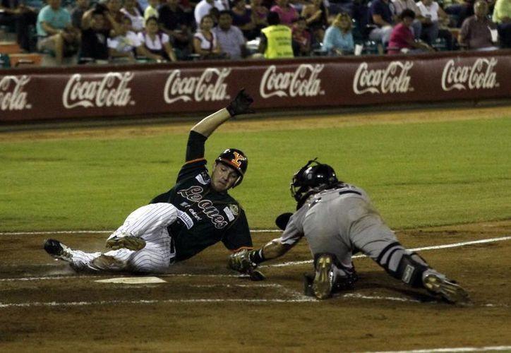 Los melenudos Héctor Páez y Francisco Lugo ligaron dobletes en la parte baja de la tercer entrada. (Juan Albornoz/SIPSE)