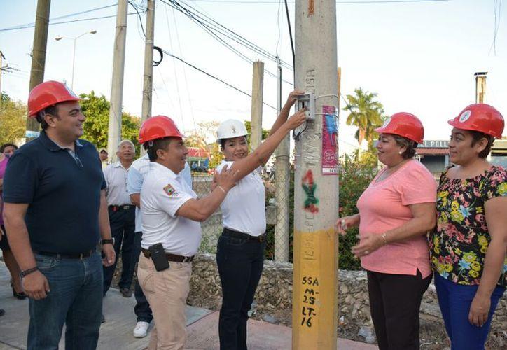 La presidenta municipal, Paoly Perera Maldonado, encabezó el encendido de la primera lámpara de repuesto.