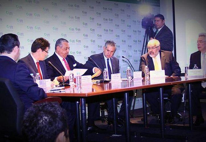 Imagen de la ceremonia de apertura de sobres con propuestas para cadenas de TV. (@IFT_MX)