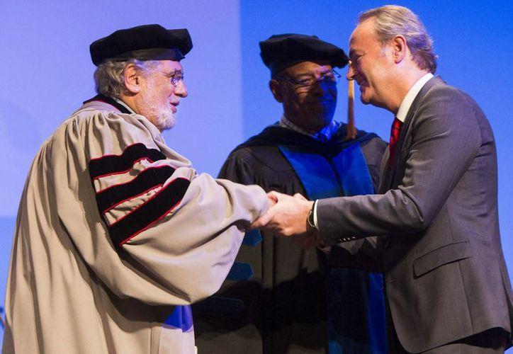 Plácido Domingo (i) en la ceremonia de investidura como doctor honoris causa por la Berklee College of Music. (EFE)