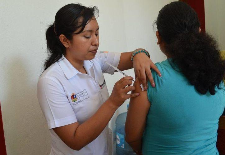 Exhortan a la población a vacunarse durante la campaña. (Harold Alcocer/SIPSE)