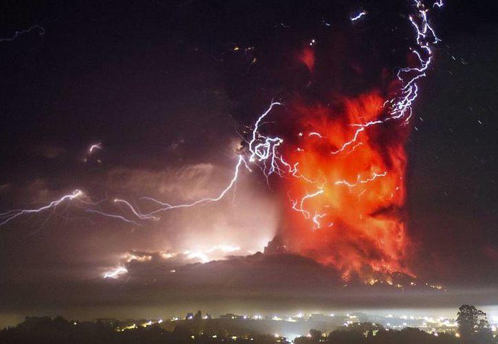 El volcán hizo erupción el miércoles cerca de las 18:00 horas y unas seis horas después empezó a arrojar gran cantidad de material incandescente. En la gigantesca fumarola se apreciaban fuertes tormentas eléctricas. (AP)