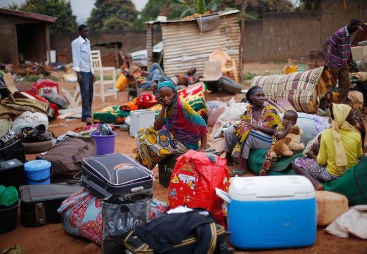 Musulmanes atrapados en sus casas esperan ser rescatados en el distrito PK13 de Bangui, República Centroafricana. (AP)