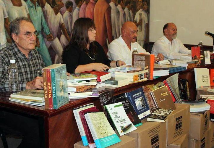 José de Jesús Williams, rector de la Uady, recibió las donaciones de los libros. (Milenio Novedades)
