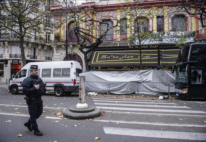 El tercer yihadista del ataque en Bataclán fue identificado, se trata de un joven francés que fue a Siria de nombre Foued Mohamed-Aggad. En la imagen, agentes de la policía francesa restablecen el tráfico frente a la sala de fiestas Bataclan de París, días después de los atentados.- (Notimex)