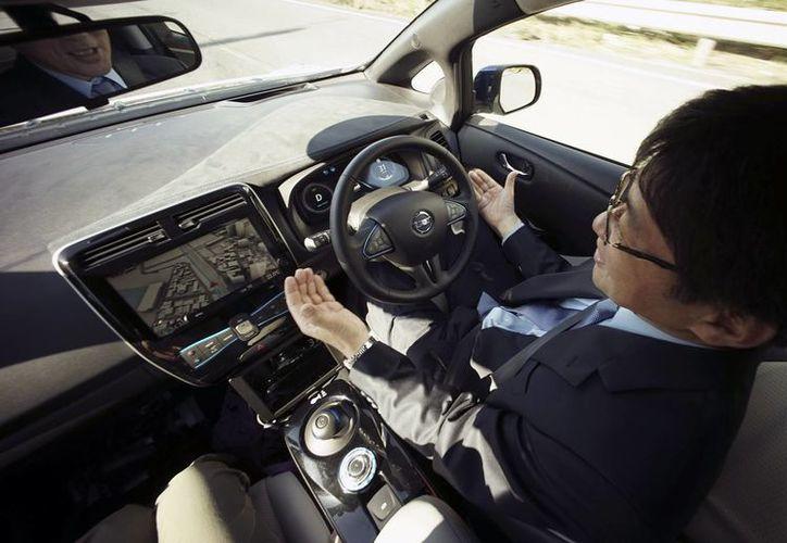El prototipo vehicular de conducción automática presentado por Nissan es capaz de frenar completamente sin impactar con el auto de adelante y distingue entre una luz roja en el semáforo y la luz trasera de otro vehículo. (AP)