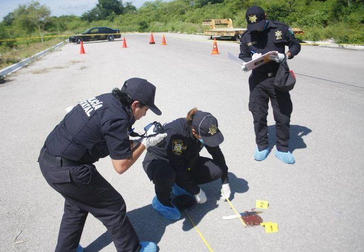 En la imagen, expertos toman detalles de la escena del crimen. (Milenio Novedades)