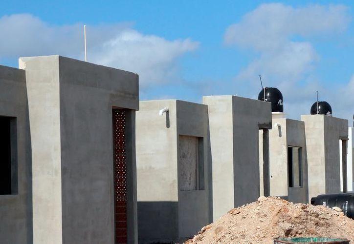 """Empresas """"fantasma"""" compran terrenos y edifican casas tipo fraccionamiento, con materiales de baja calidad que representan un riesgo para las familias que las adquieren. (SIPSE)"""