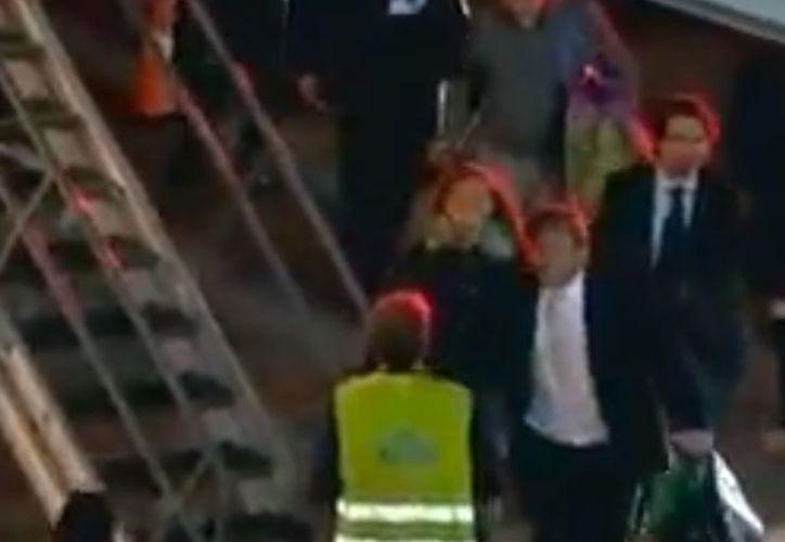 Momento en que Florence aborda el avión que la llevará a a su país. (Captura de pantalla Milenio Tv)
