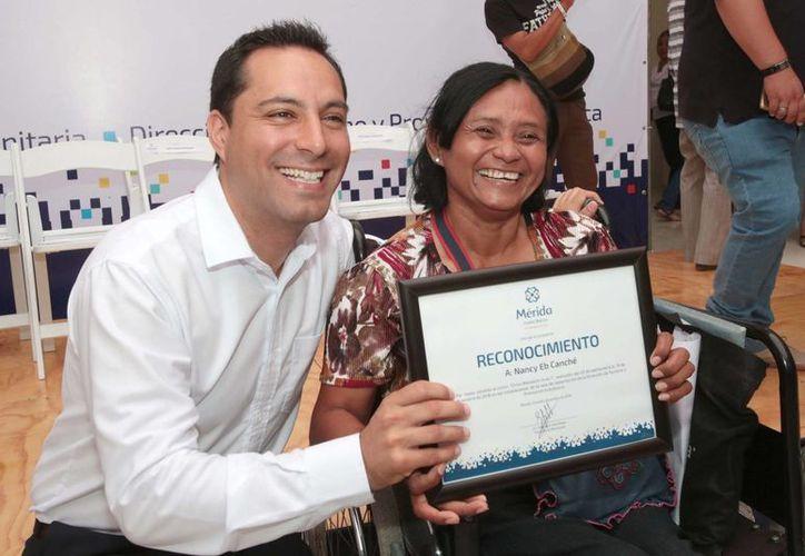 Este jueves el alcalde Mauricio Vila Dosal entregó reconocimientos  a 1,102  personas que se capacitaron para obtener un empleo. (Fotos cortesía del Ayuntamiento)