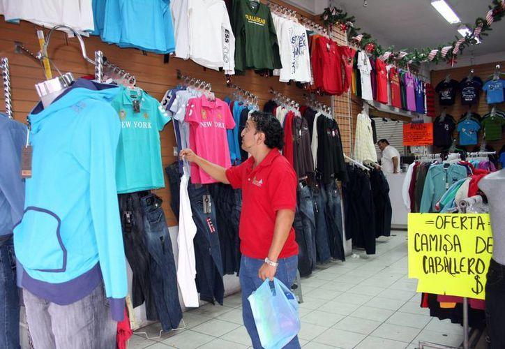 Empresarios de Yucatán piden a las tres órdenes de gobierno que se agilice y simplifiquen los trámites para abrir empresas, pagar derechos y permisos. Imagen de contexto de una tienda de ropa en el centro de Mérida. (Milenio Novedades)