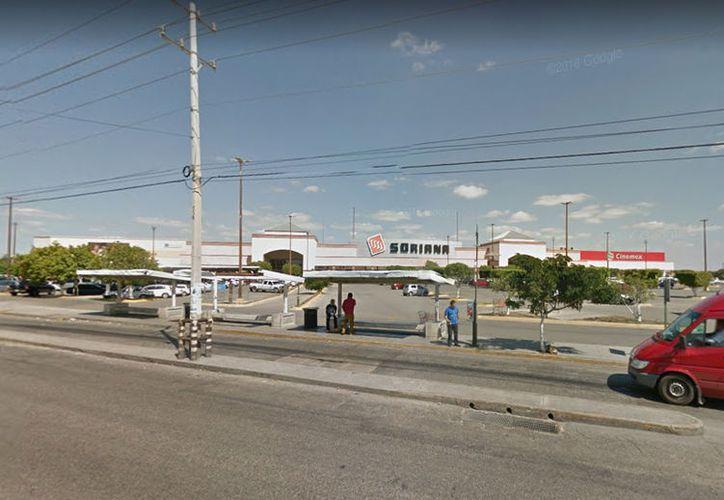 El empleado de una empresa privada reparaba las losas de un supermercado ubicado sobre la Avenida Jacinto Canek. (Google)