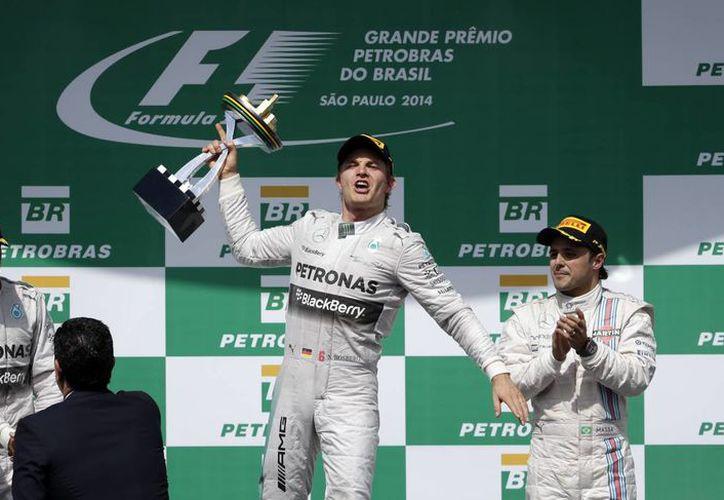 El podio del Gran Premio de Brasil lo integraron Nico Rosberg y Lewis Hamilton (ambos de la escuderpia Mercedes) y el brasileño Felipe Massa. (Foto: AP)