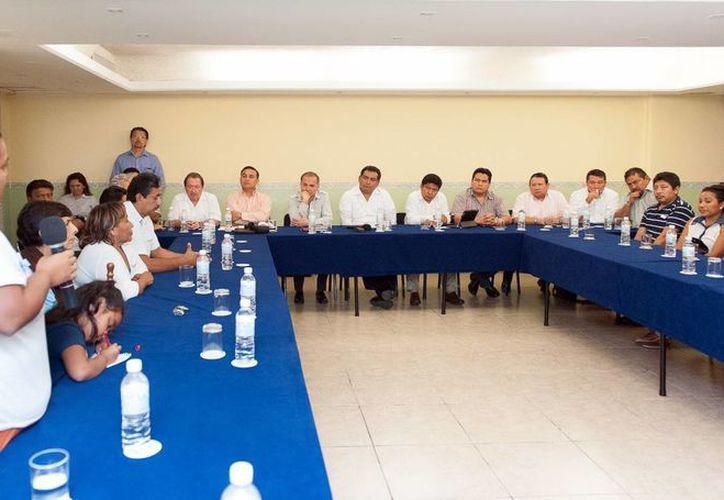 El secretario general de Gobierno presidió la reunión con los vecinos. (Milenio Novedades)