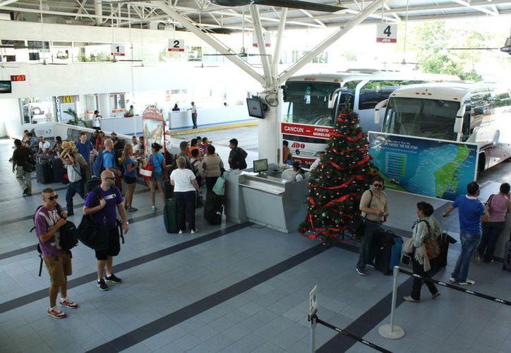 Hay gran afluencia de turistas en la terminal de autobuses. (Alida Martínez/SIPSE)