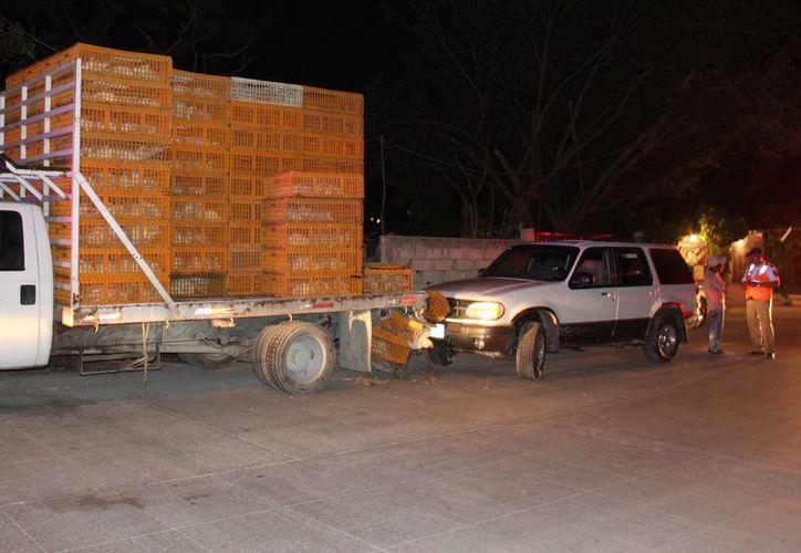 El chofer de una camioneta no pudo esquivar a un camión que transportaba pollos, en la supermanzana 234. (Redacción/SIPSE)